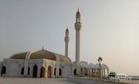 Di dalam area taman, terdapat masjid dengan arsitektur yang unik dan menarik.