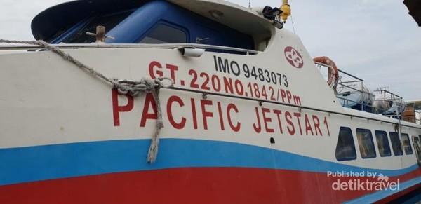 Ferry yang digunakan untuk menyeberang dari Tanjung Balai menuju Port Klang, Malaysia