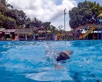 Berenang di Kolam Renang Mata Air Cikoromoy