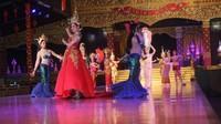 Jelang penutupan, seluruh penari kembali tampil di panggung
