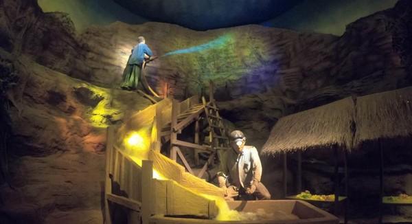 Kita bisa melihat diorama penambangan batu mulia secara tradisional
