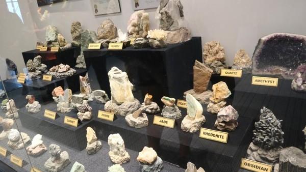 Terdapat bentuk asli dari batu mulia