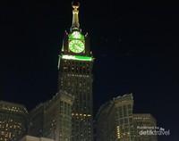 Ya, Makkah Clock Tower atau Zam Zam Tower ini adalah salah satu icon khas kota Makkah.  Tampak menyala terang di malam hari, bahkan terlihat hingga sekeliling kota Makkah.