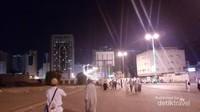 Terlihat jamaah haji berjalan di area distrik Misfalah, yang berjarak sekitar 2 km dari Masjidil Haram.