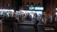 Tak kalah ramainya, para pedagang yang menjajakan oleh-oleh haji seperti baju, tas, dan sebagainya. Toko souvenir di Makkah ini buka hingga larut malam. Uniknya, toko toko ini akan tutup saat waktu solat tiba.