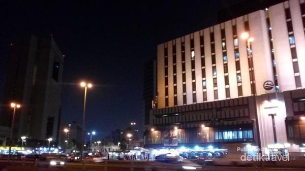 Beranjak dari Makkah, kota yang tak kalah ramai adalah Jeddah. Destinasi wisata belanja ini tampak selalu ramai, bahkan di malam hari. Salah satu destinasi belanja di Jeddah adalah Corniche Commercial Centre. Sama seperti di Makkah, toko-toko di sini akan tutup saat waktu solat tiba.