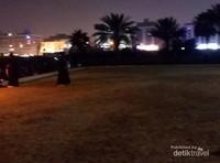 Salah satu spot yang selalu dikunjugi jamaah haji dan umrah di Jeddah adalah Masjid Qisos.  Halaman ini ramai oleh warga lokal maupun pengunjung dari jamaah haji dan umrah.
