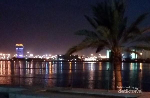 Dari Masjid Qisos, terlihat suasana Kota Jeddah yang cantik di malam hari.