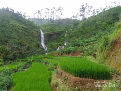Dua Air Terjun Sejajar di Jawa Tengah, Cakep Juga!