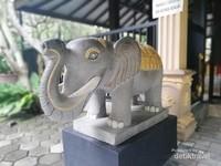 Salah satu patung gajah penjaga Altar Dewa Catur Muka (Maha dan Rahma)