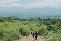 Jalur menuju pos 1 Gunung Guntur, dengan latar belakang kota Garut yang indah
