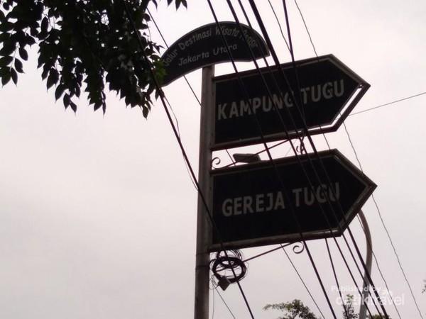 Kampung Tugu terletak di kelurahan Semper Jakarta Utara. Masih terdapat keturunan Portugis yang mendiami daerah ini. Selain itu penduduk setempat masih melestarikan atraksi wisata dan kuliner ala Portugis walaupun sudah terakulturasi dengan budaya setempat.
