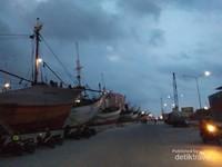 Pelabuhan Sunda Kelapa terletak dikawasan Penjaringan Jakarta Utara. Kegiatan aktif pelabuhan masih berlangsung hingga saat ini. Dapat dilihat sembari menunggu senja menyapa.