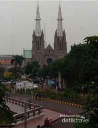 Gereja Katolik Katedral yang dibangun tahun 1901,  lokasinya di jalan Katedral No.7B, Pasar Baru, Sawah Besar, Jakarta Pusat. Bangunan dengan arsitektur neo-ghotik dari Eropa menjadi destinasi wisata bagi wisatawan pengagum arsitektur bangunan kuno bersejarah