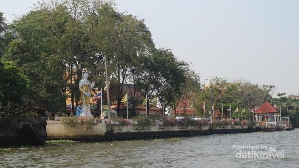 Wat Srisudaram, tempat dimana kita bisa memberi makan ikan patin