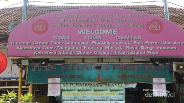 Dari pelabuhan Tha Chang kita bisa menyewa perahu motor