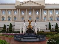 Replika bangunan istana Buckingham berikut taman artistik  yang menjadi kediaman ratu Elizabeth di Inggris.