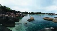Pemandangan indah Pantai Tanjung Tinggi yang unik dengan bebatuan granit raksasa