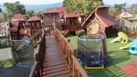 Tersedia juga playground yang lengkap untuk si kecil