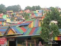 Tidak jauh dari Lawang Sewu terdapat kampung pelangi Semarang yang indah dan menarik.