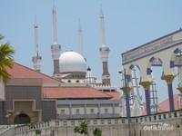 Selanjutnya kita juga bisa berwisata religi ke Masjid Agung Semarang. Di sini terdapat payung mekanis berukuran besar yang dibuka saat event besar.