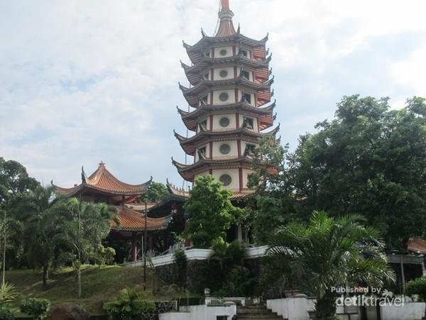 Agak naik sedikit ke kawasan Semarang atas, kamu juga bisa berkunjung ke Vihara Watu Gong.