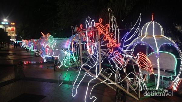 Saat malam menjelang, keseruan belum berakhir, sebab kamu bisa menikmati berkeliling lapangan Simpang Lima Semarang dengan sepeda hias.