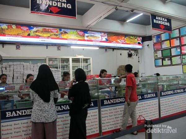 Jangan lupa oleh-oleh untuk keluarga tercinta. Di kawasan Jalan Pandanaran terdapat pusatnya, seperti ikan bandeng maupun jajanan khas Semarang.