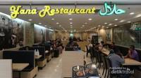 Restoran halal ini berada di lantai 5 MBK