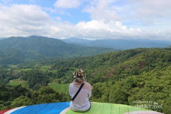 Spot photo dengan latar belakang pemandangan alam yang cantik