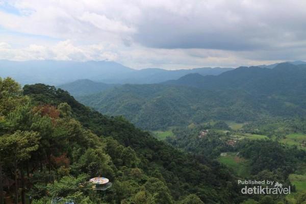Lembah dan bukit dengan hutan tropis yang menghijau dan menyegarkan
