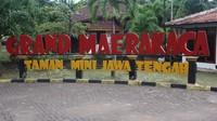 Di Grand Marakaca kita bisa menemukan rumah adat atau anjungan dari 35 Kabupaten yang tersebar di Jawa Tengah
