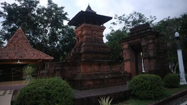 Bangunan khas suatu daerah juga ditampilkan miniaturnya, seperti replika menara Kudus