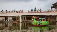 Salah satu yang menarik bagi pengunjung adalah cafe di atas jembatan, yang sempat viral di media sosial