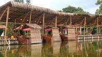 Ada juga semacam floating market, walau yang berjualan belum terlalu banyak