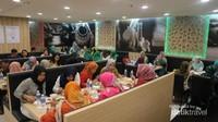 Wisatawan Muslim asal Indonesia yang sedang bersantap