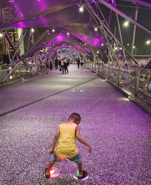 Bermain lampu di Helix bridge