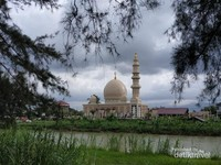 View masjid dari seberang sungai