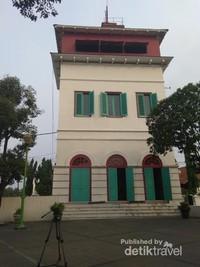 Bangunan Menara Syahbandar yang saat ini posisinya sudah miring karena getaran lalu lalang kendaraan berat di depan jalan raya.