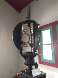 Lensa fresnel mercusuar berfungsi sebagai kaca pembesar di puncak mercusuar