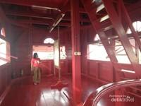 Ruangan teratas di Menara Syahbandar berupa loteng dengan empat jendela besar sebagai tempat memangtau keluar masuk kapal pada jamannya