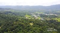 Jagoi Babang berbatasan langsung dengan Serawak Malaysia, sekitar 1 jam dari kota Serawak