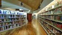 Buku-buku yang begitu rapih di lantai dua