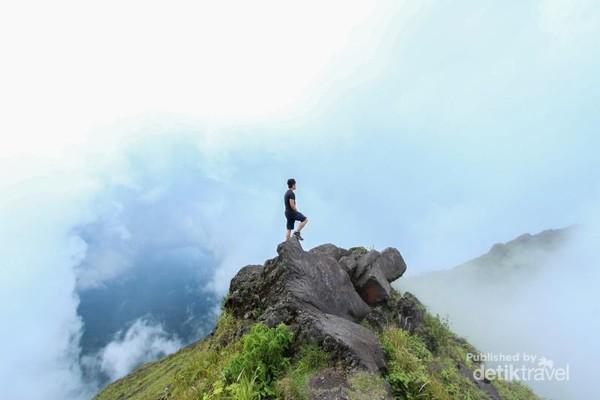 Pemandangan indah yang ditawarkan Gunung Lemongan sungguh memanjakan mata
