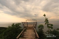 Puncak Gebang adalah salah satu spot untuk melihat deretan bukit dan pantai yang ada di Ciletuh