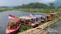 Di sekitar danau Rawa Pening juga terdapat desa-desa nelayan yang menyewakan perahu