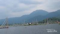 Dari sisi danau, kita bisa menikmati keindahan pemaandangan gunung Merbabu, Ungaran dan Telomoyo yang mengapit danau Rawa Pening