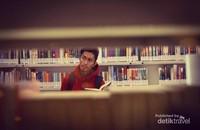 Berfoto di perpustakaan