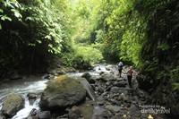 Melawan arus sungai pun harus kita lakukan. Kewaspadaan dan kehati hatian wajib diutamakan ketika melewati jalur ini