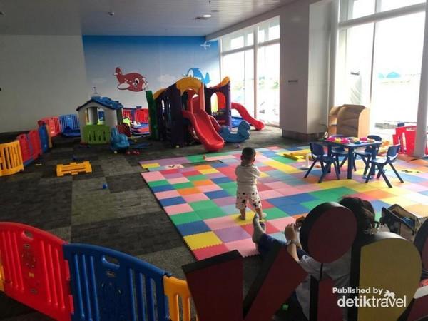 Ada tempat bermain anak di Bandara A. Yani